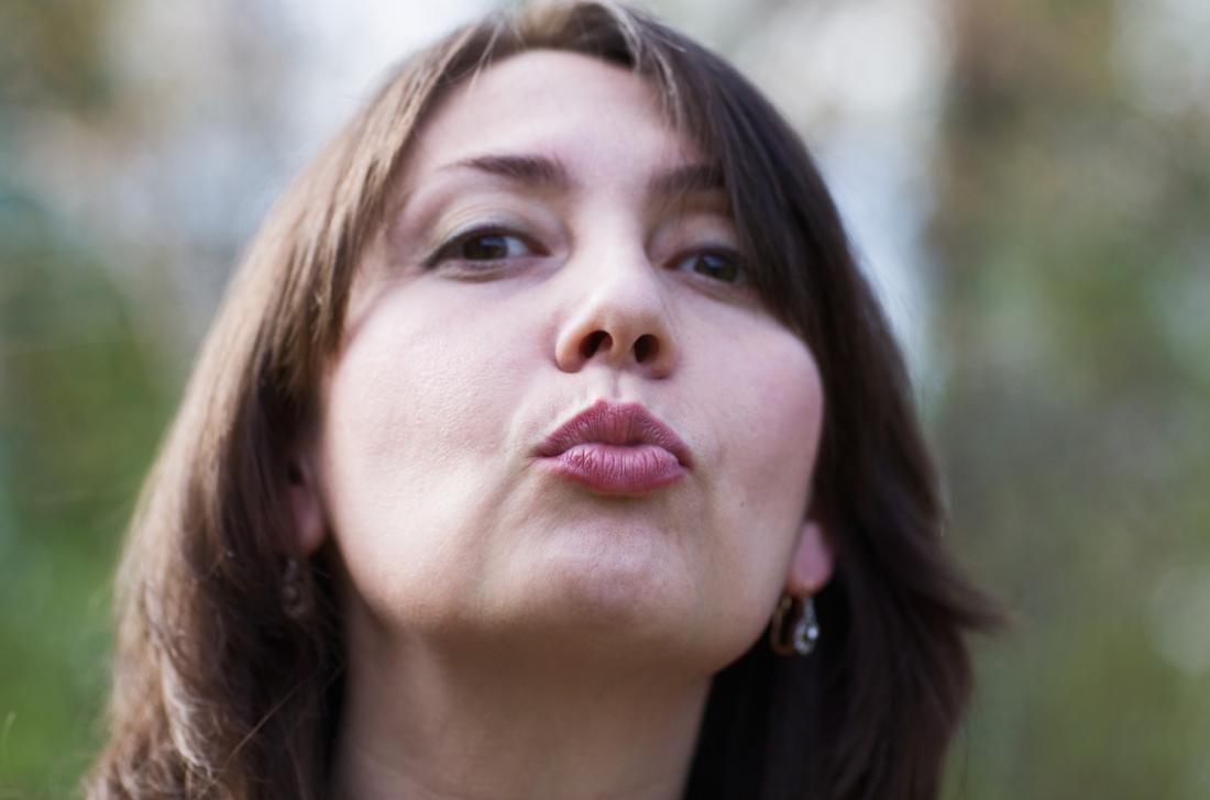 Frau küsst die Luft