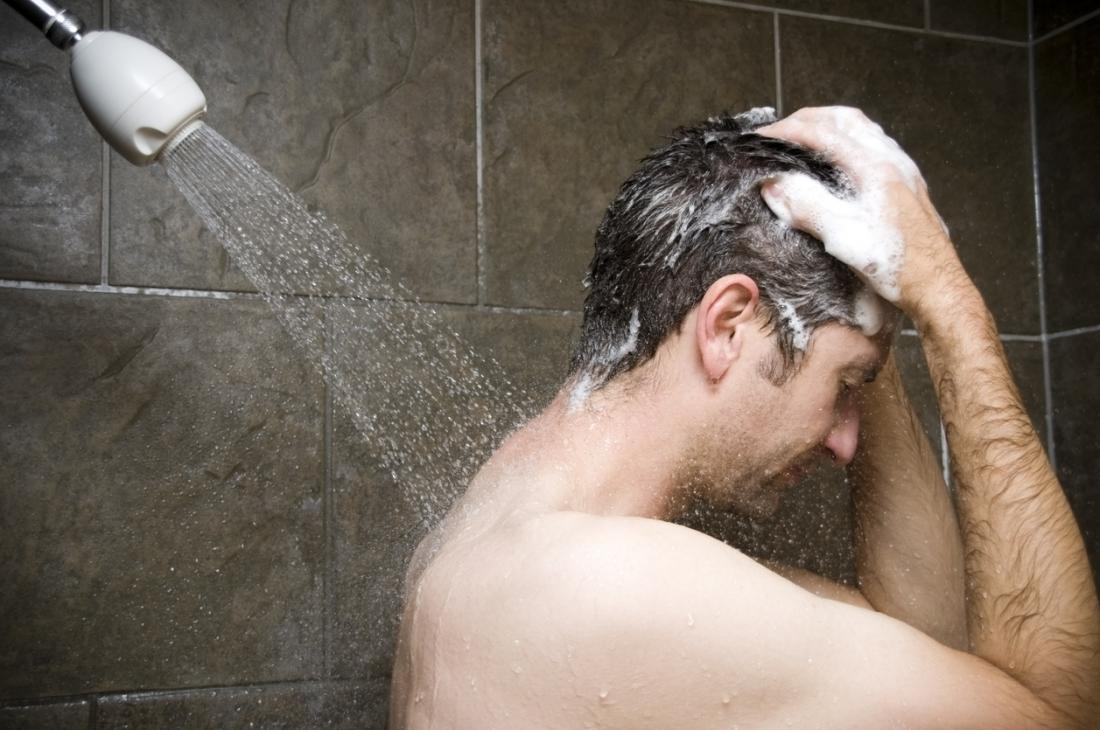 Homem tomando banho.