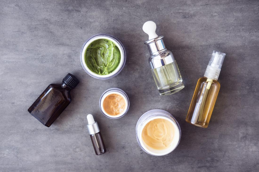 Verschiedene natürliche Hautpflegeprodukte auf Steinhintergrund.