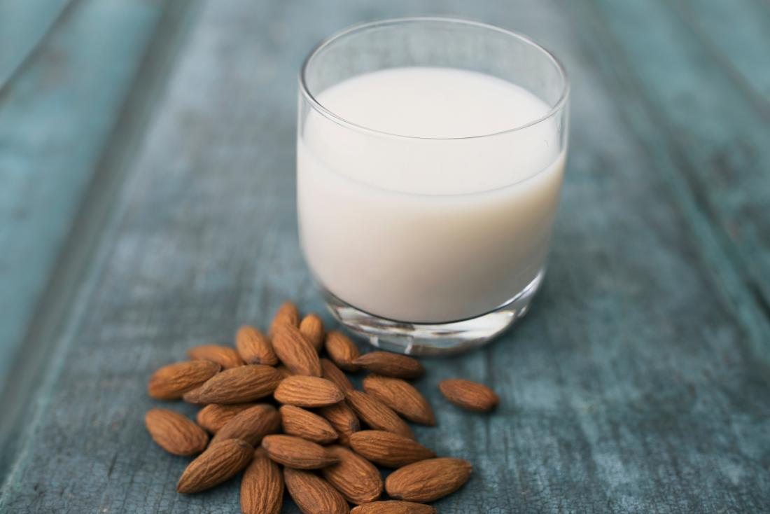 Almons und Mandelmilch können ein Hausmittel gegen Herzschmerzen sein