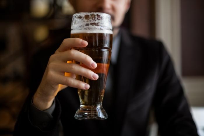 [Homme tenant une pinte de bière]