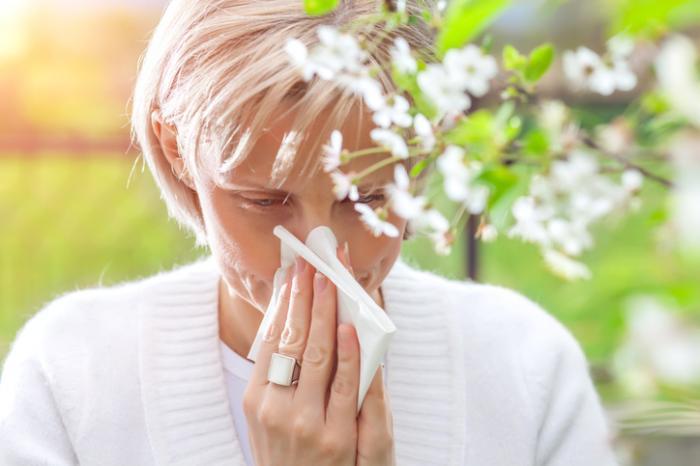 [femme avec des allergies]