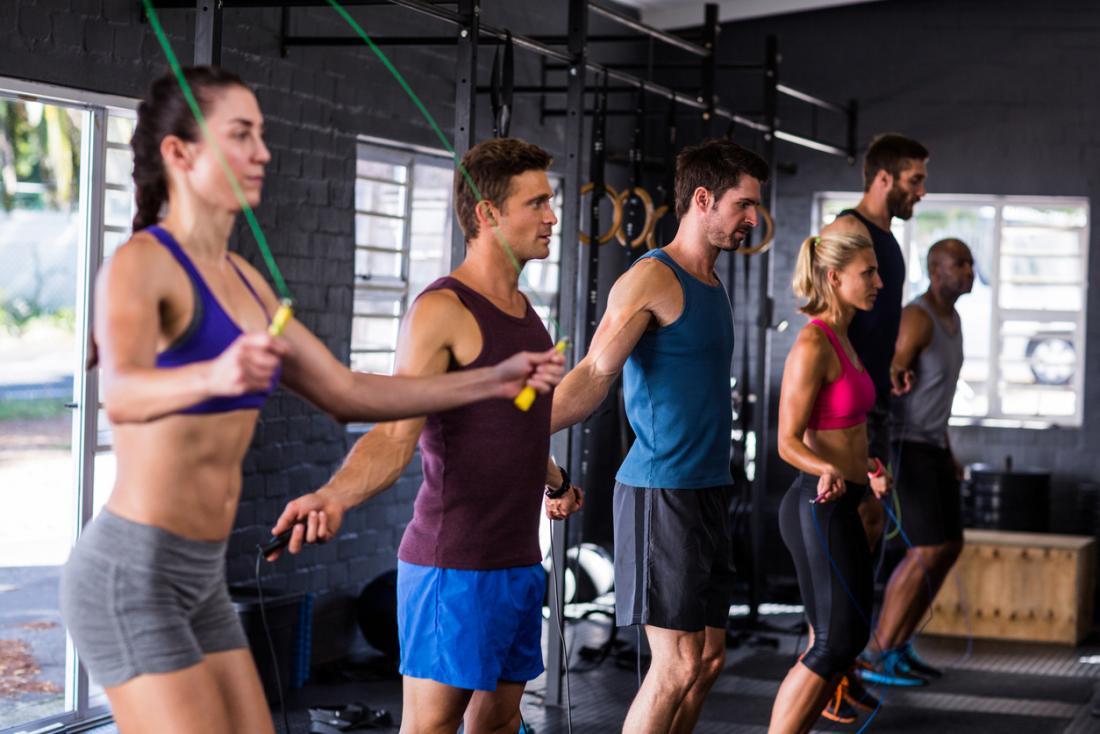 Pular ou pular corda para fitness.