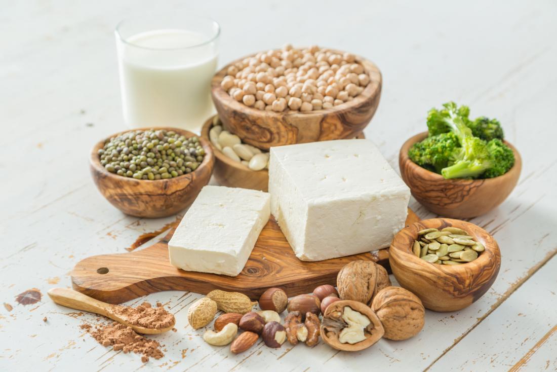 Fontes veganas de proteína, incluindo feijão, nozes, leite de soja, tofu e legumes.