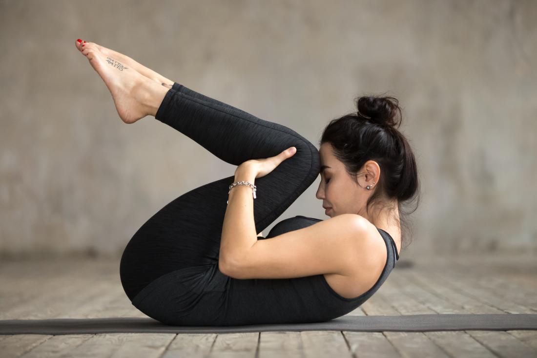 kolano do klatki piersiowej pozy jogi może pomóc, gdy dana osoba chce wiedzieć, jak pierdzieć