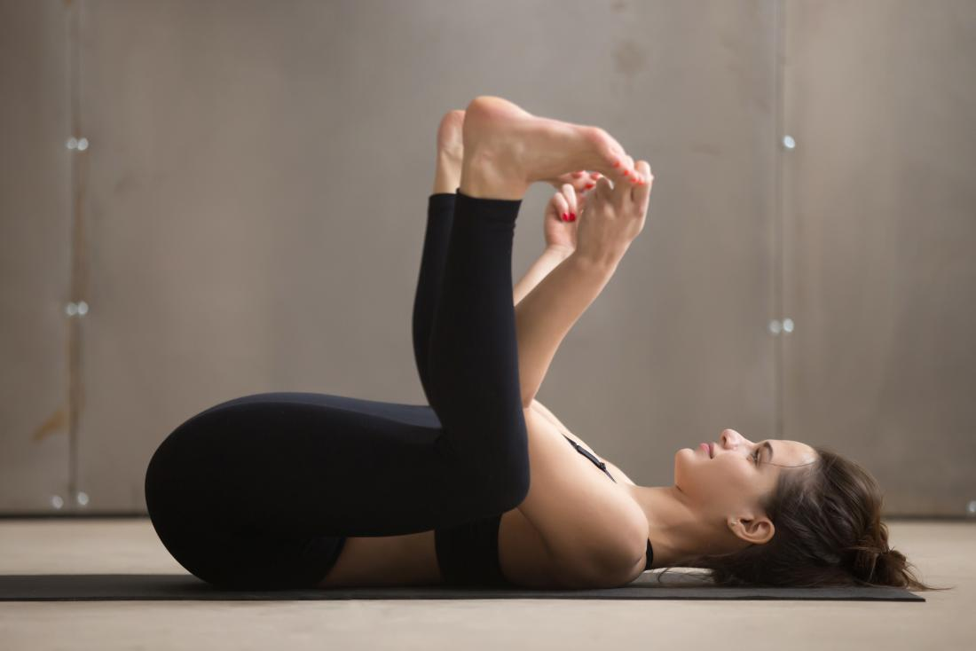 Szczęśliwa dziecko joga poza