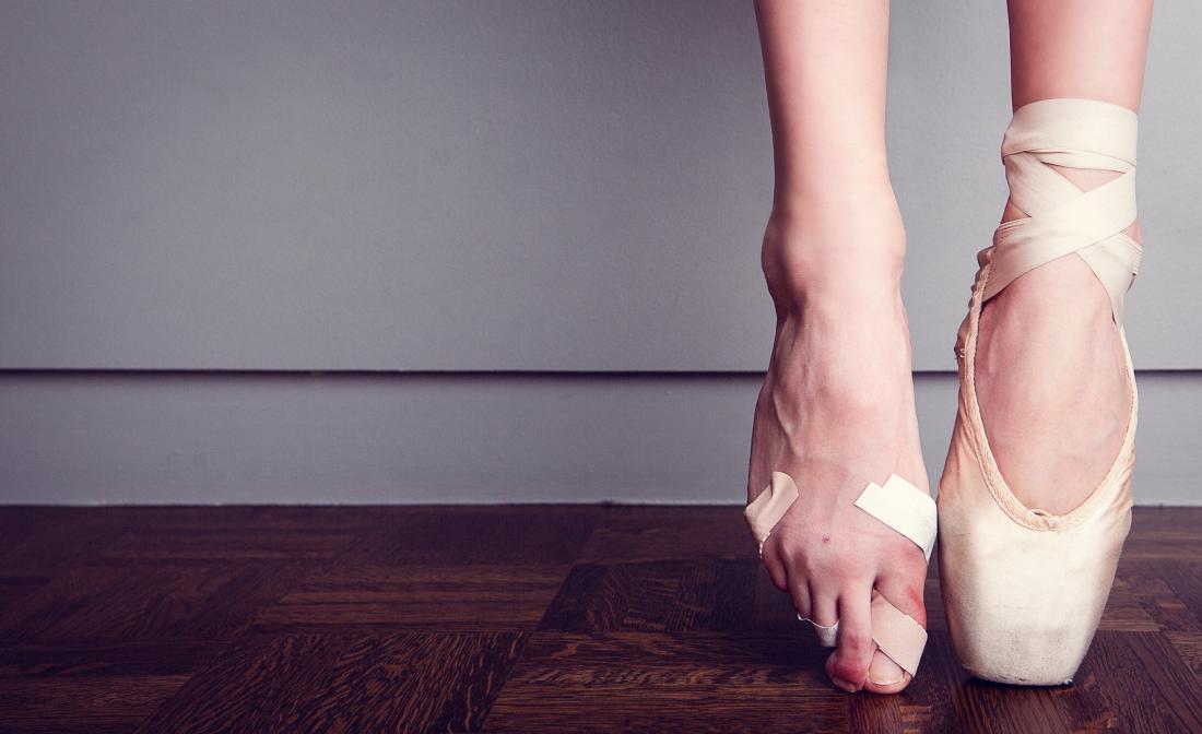 bailarino com um pé nu e danificado