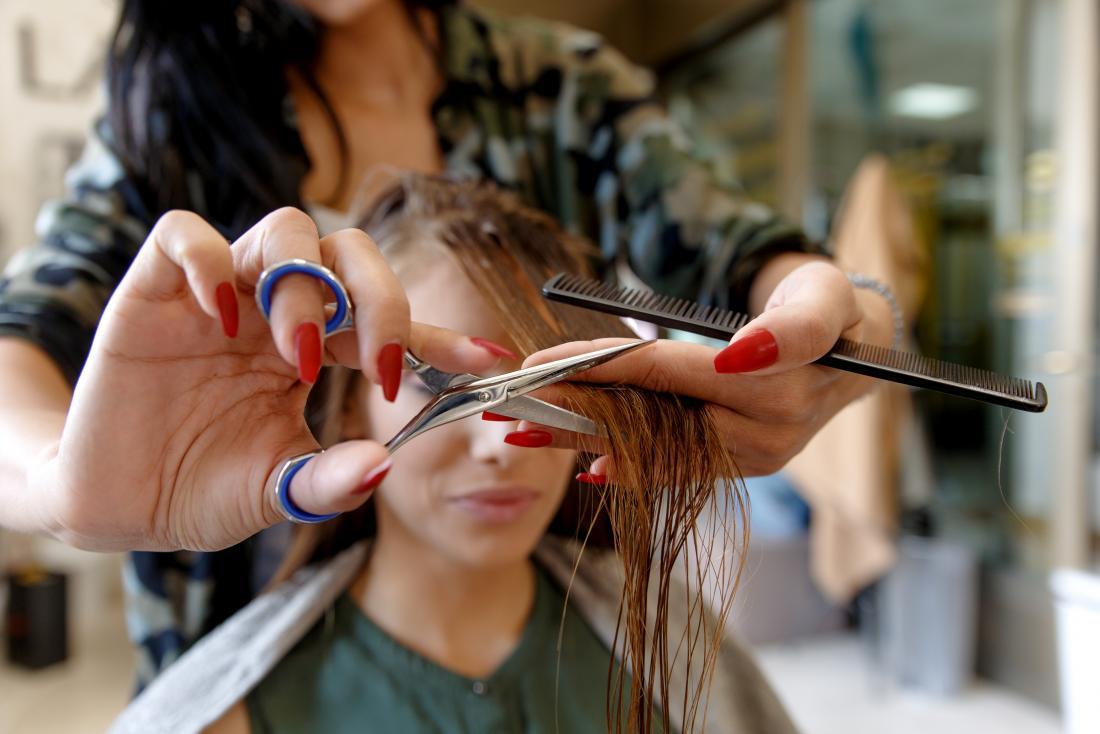thợ làm tóc sử dụng niken kéo