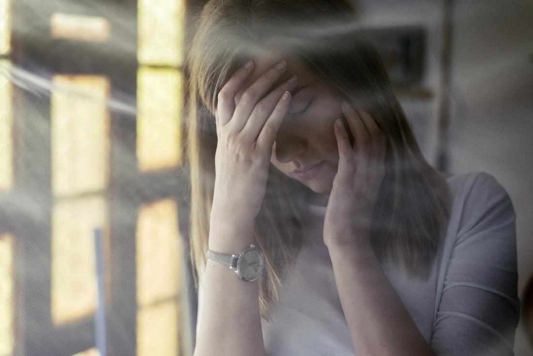 Femme avec maux de tête et fatigue