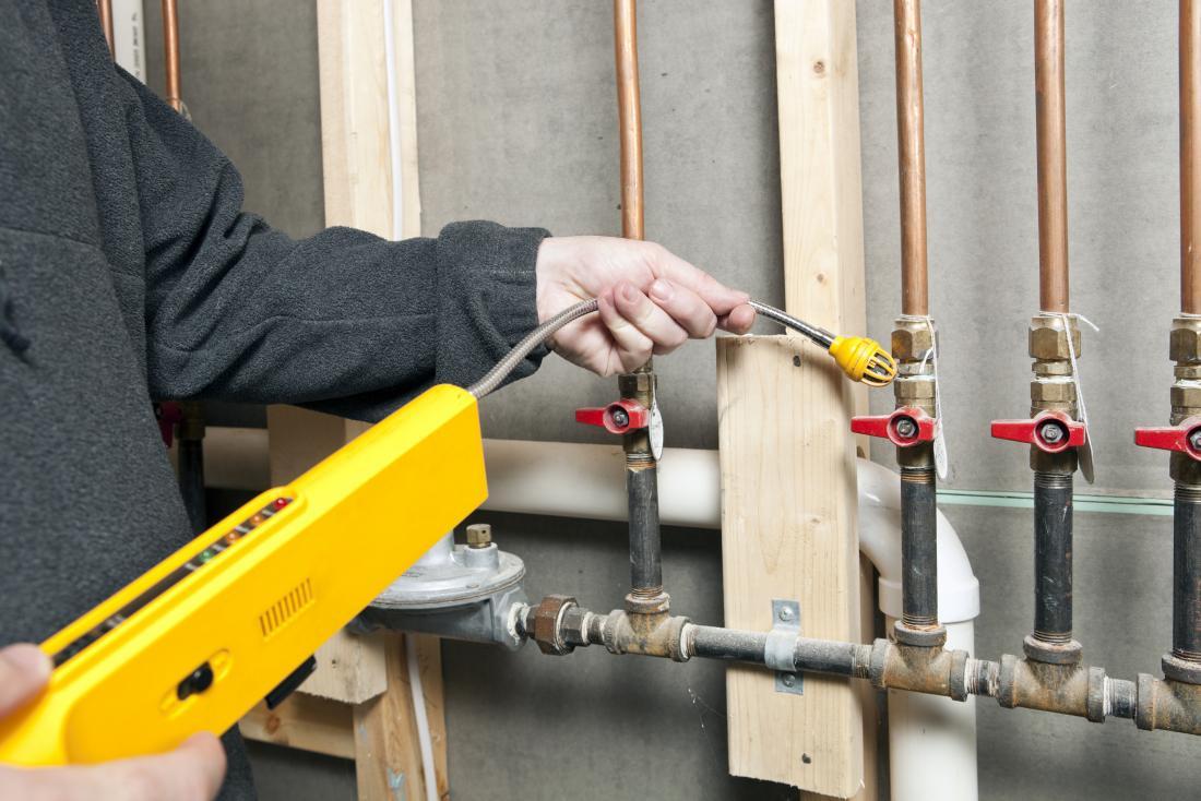 Détecteur de fuite de gaz utilisé sur les tuyaux dans une maison.