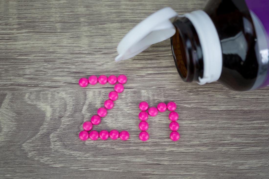 Comprimidos de zinco em uma mesa que pode ser um remédio natural para próstata aumentada