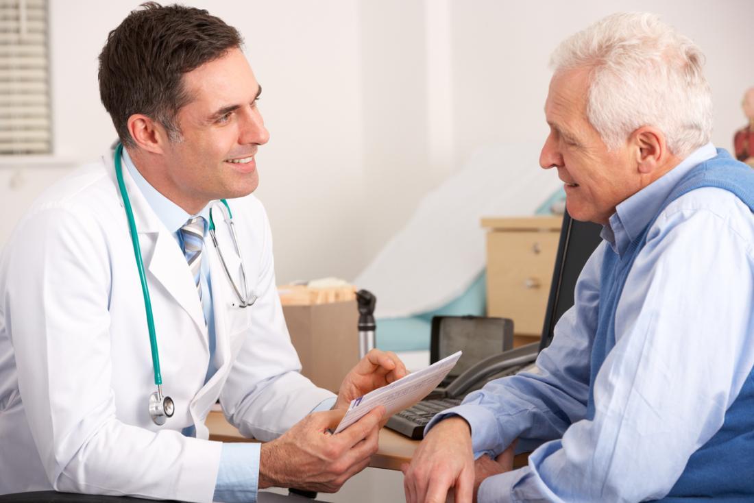 um homem sênior discute com um médico