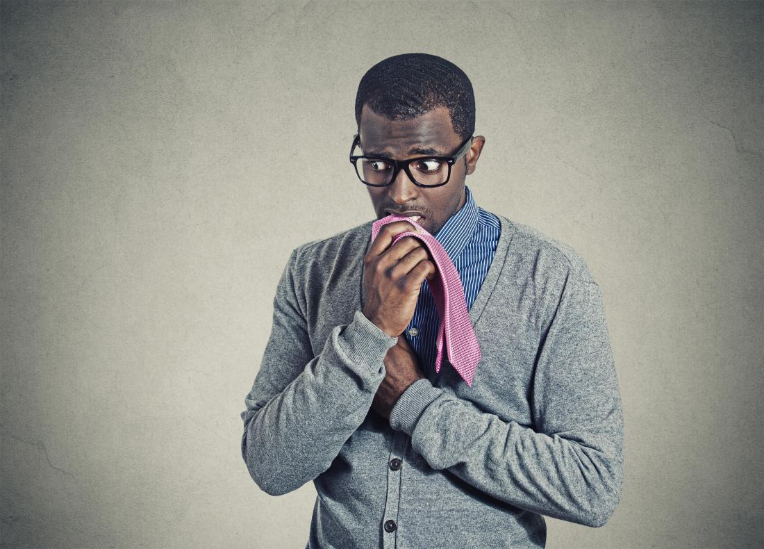 homem ansioso, mastigando sua gravata