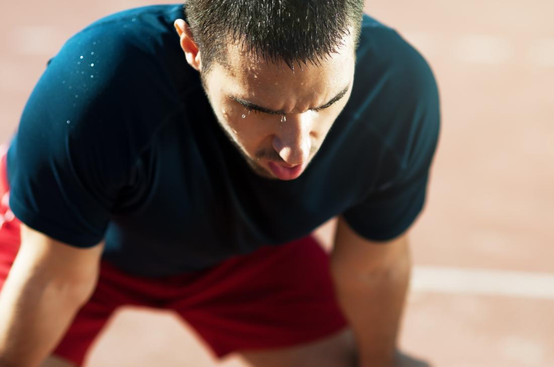 汗を流して息を止め、走り過ぎて走った男。