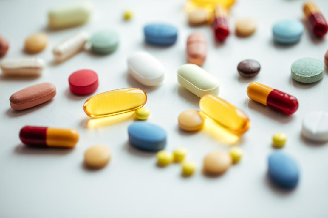 薬、サプリメント、丸薬、散在する薬。