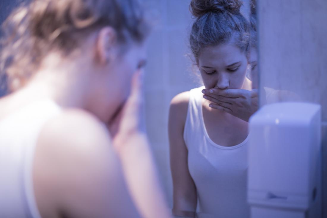 女性は鏡を見て病気です