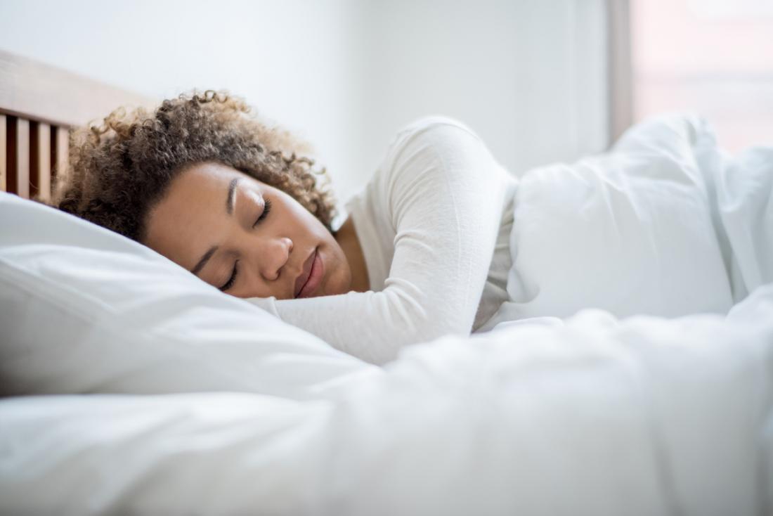 Femme allongée dans son lit.