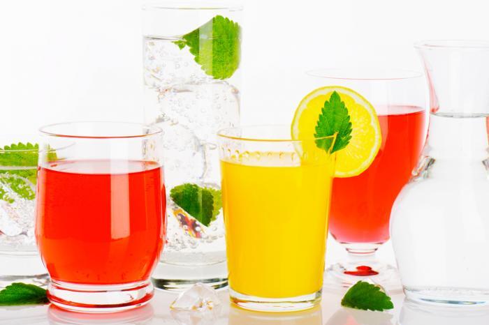 [una selezione di succhi di frutta e acqua]