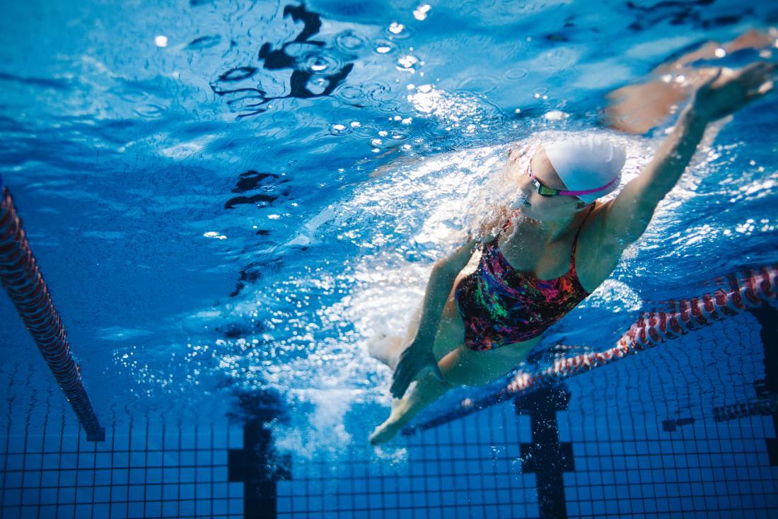 Người phụ nữ bơi trong hồ bơi.
