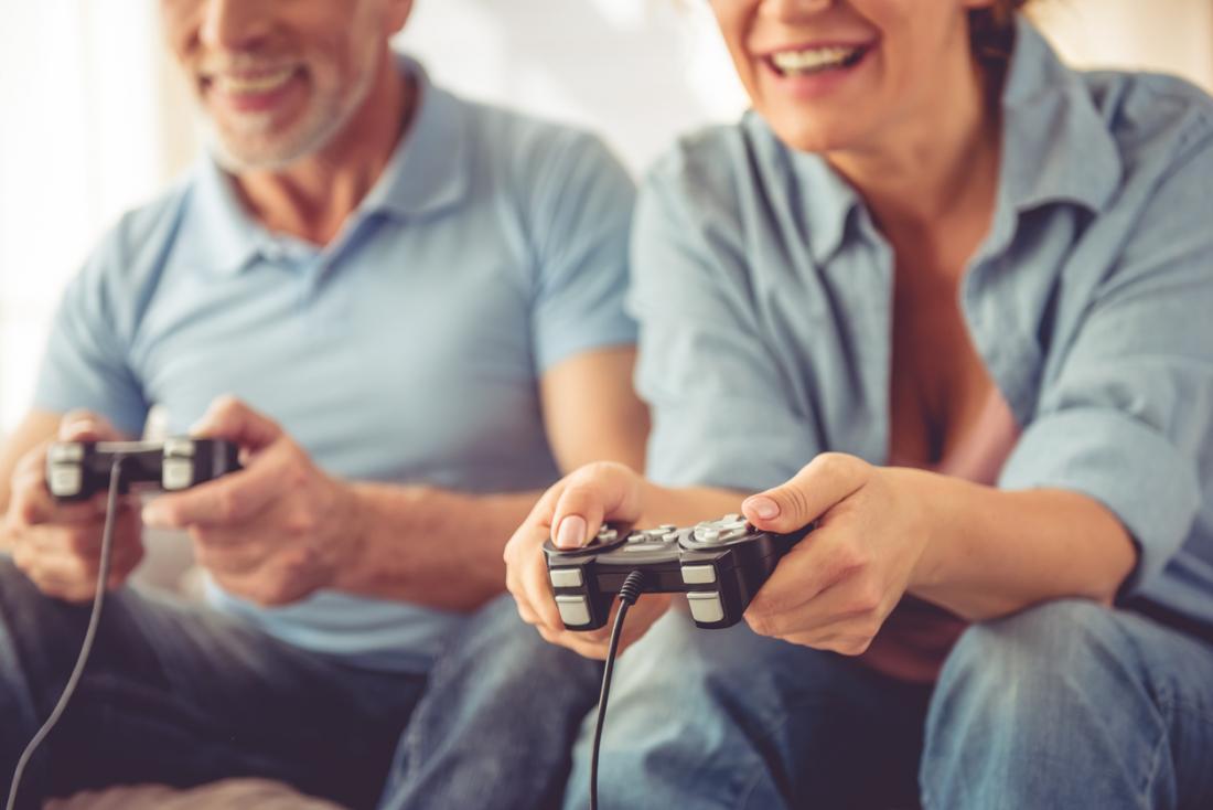 ビデオゲームをする高齢者