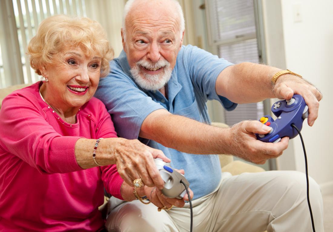 aînés jouant à des jeux vidéo