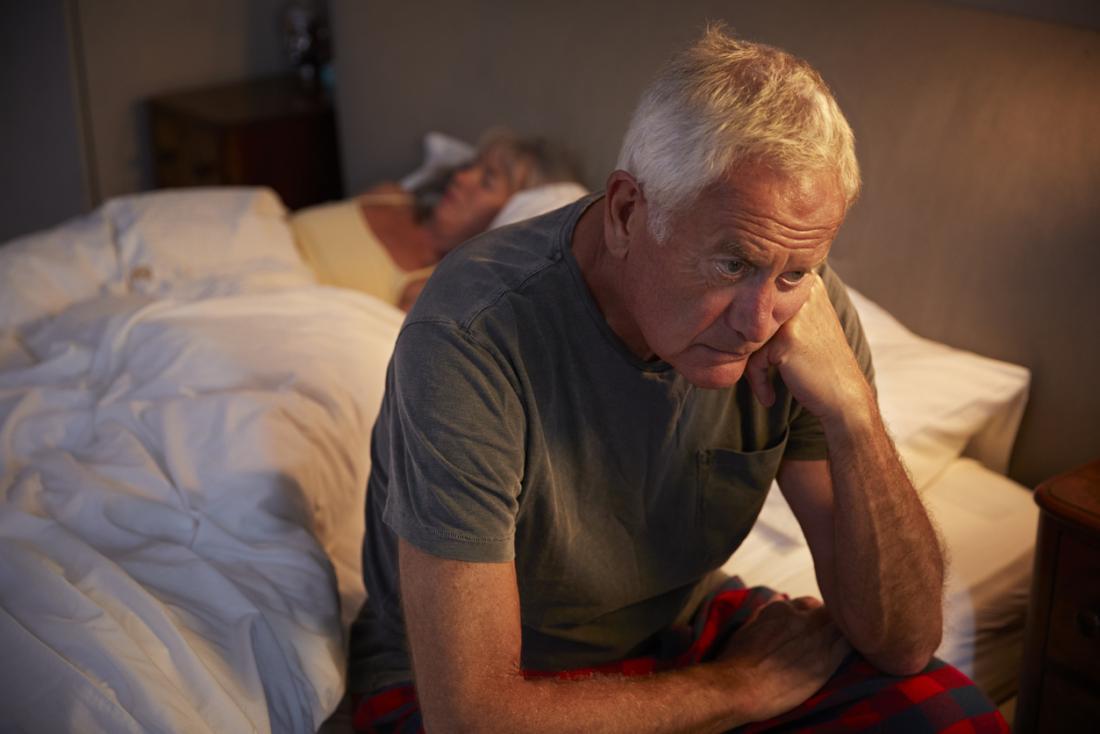 älterer Mann leidet an Übererregung
