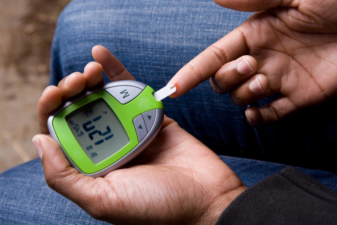 血糖値を測定する男。