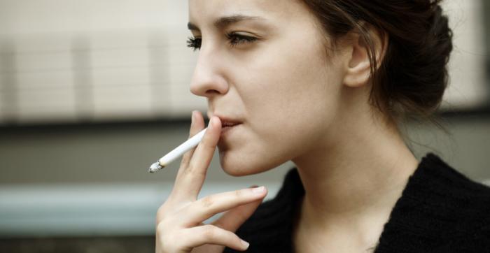 Um, mulher jovem, fumar