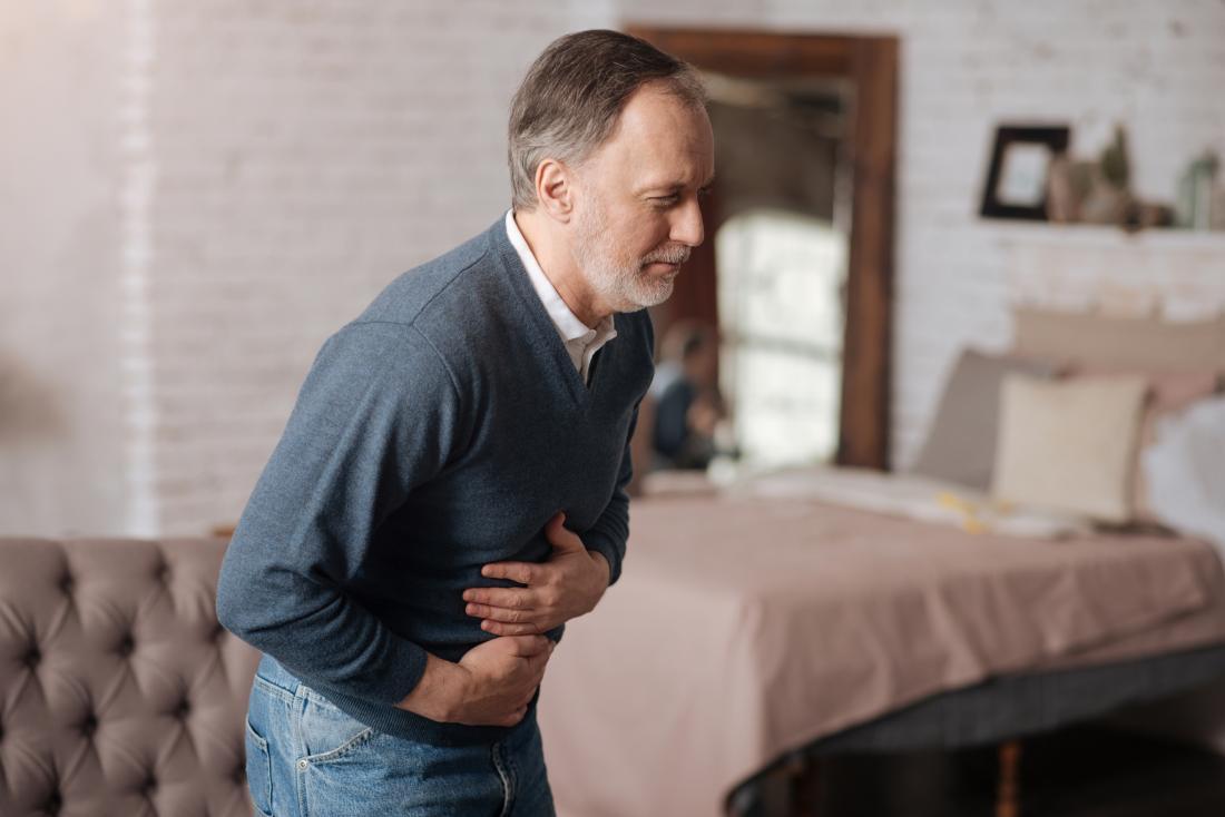 homem mais velho com dor de estômago