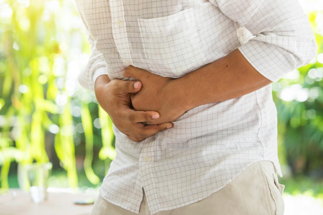 La persona avverte il mal di stomaco.