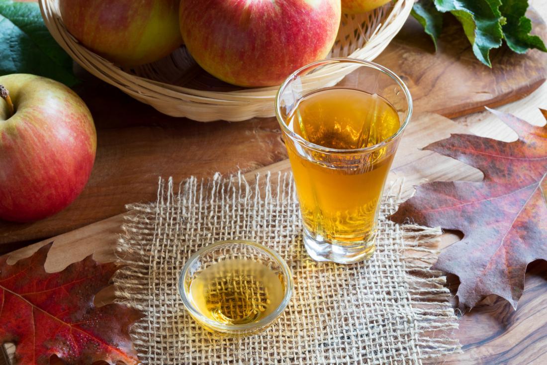 Aceto di sidro di mele in un bicchiere