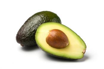 Un avocado è tagliato a metà.