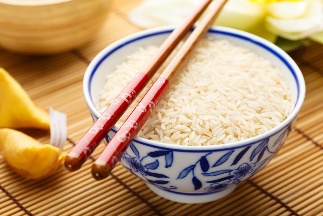 Riz blanc dans un bol avec des baguettes