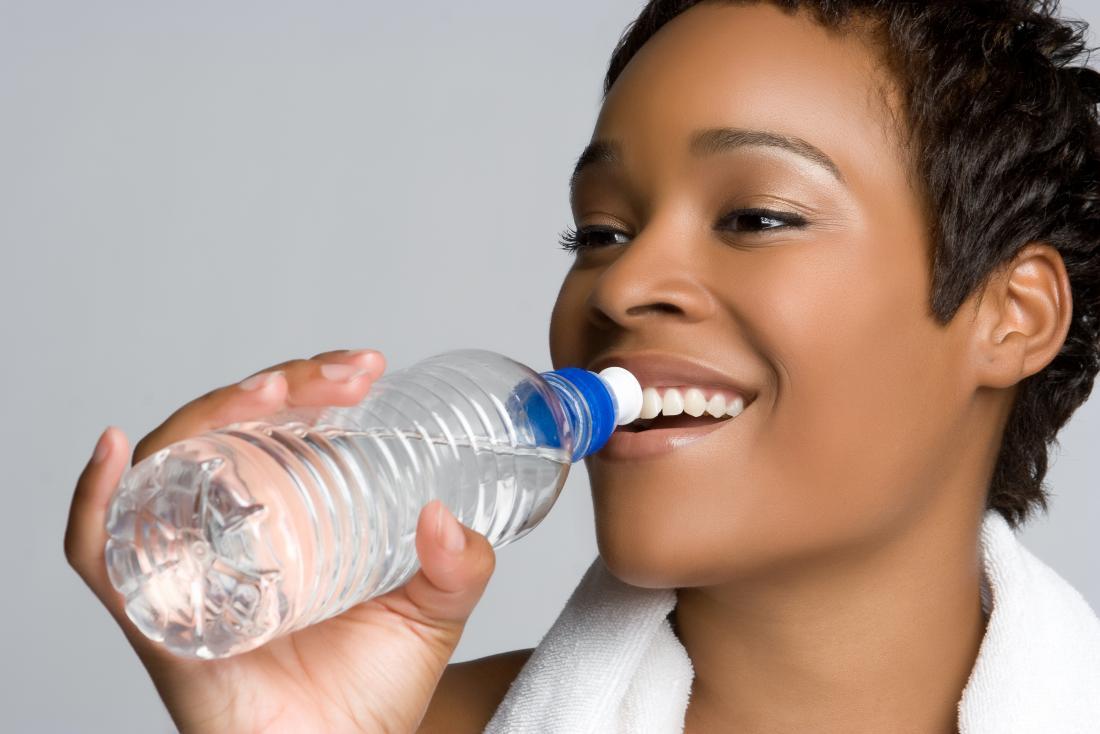 donna che resta idratata
