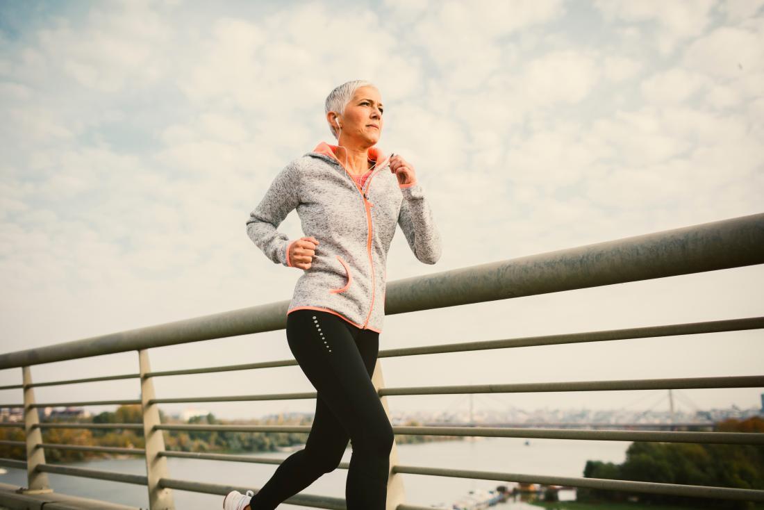 Người phụ nữ trưởng thành với xả màu nâu sau khi mãn kinh chạy bên ngoài.