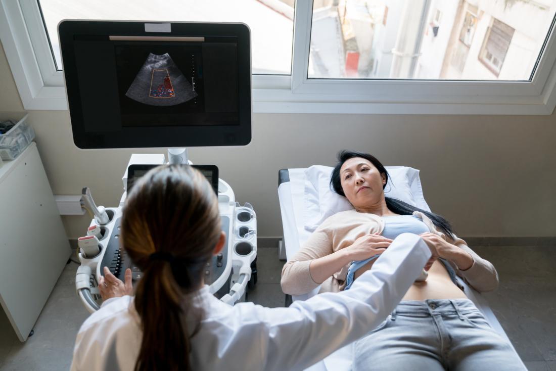 Người phụ nữ trưởng thành nhận siêu âm từ kỹ thuật viên