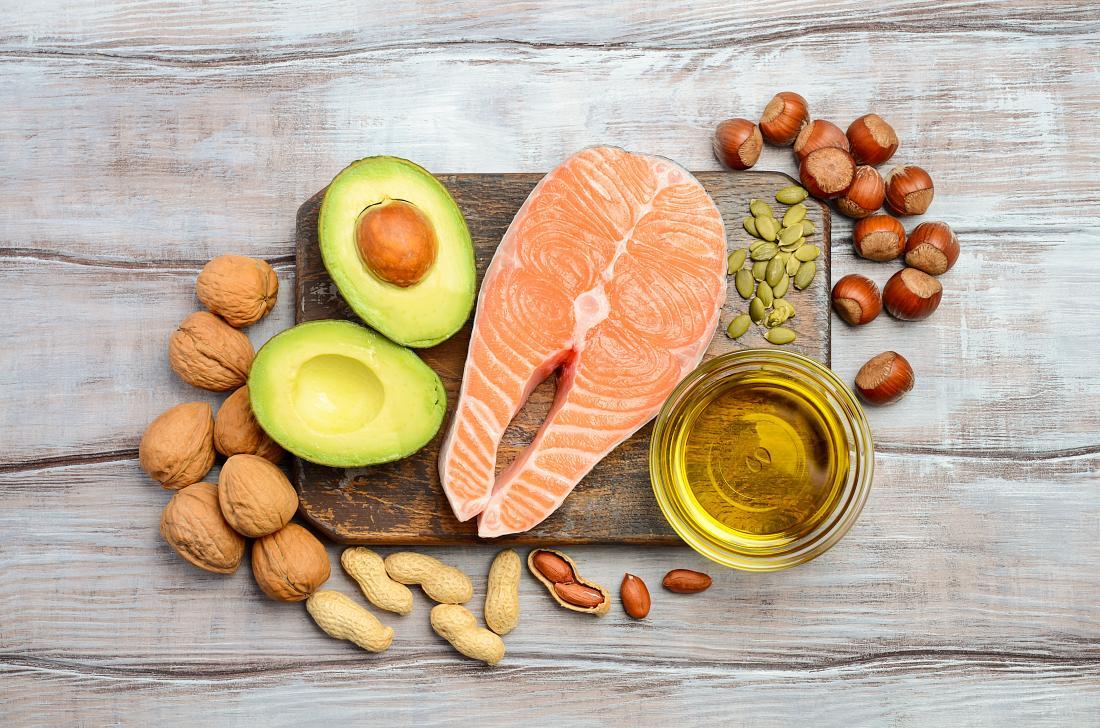 immagine di salmone, olio d'oliva, noci e avocado che può aiutare a sbloccare le arterie