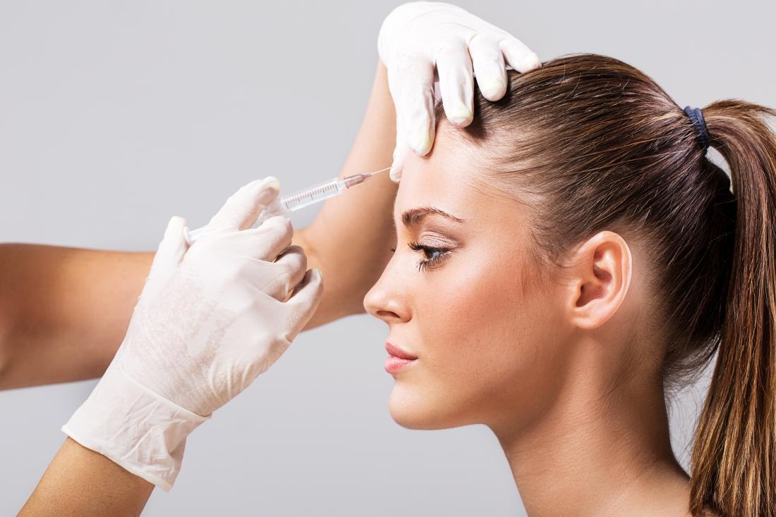 alnına botoks enjeksiyonu olan kadın
