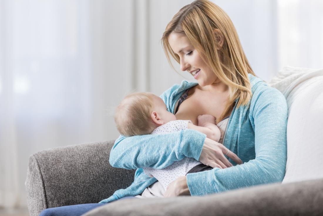 kadın emzirme bebek kızı