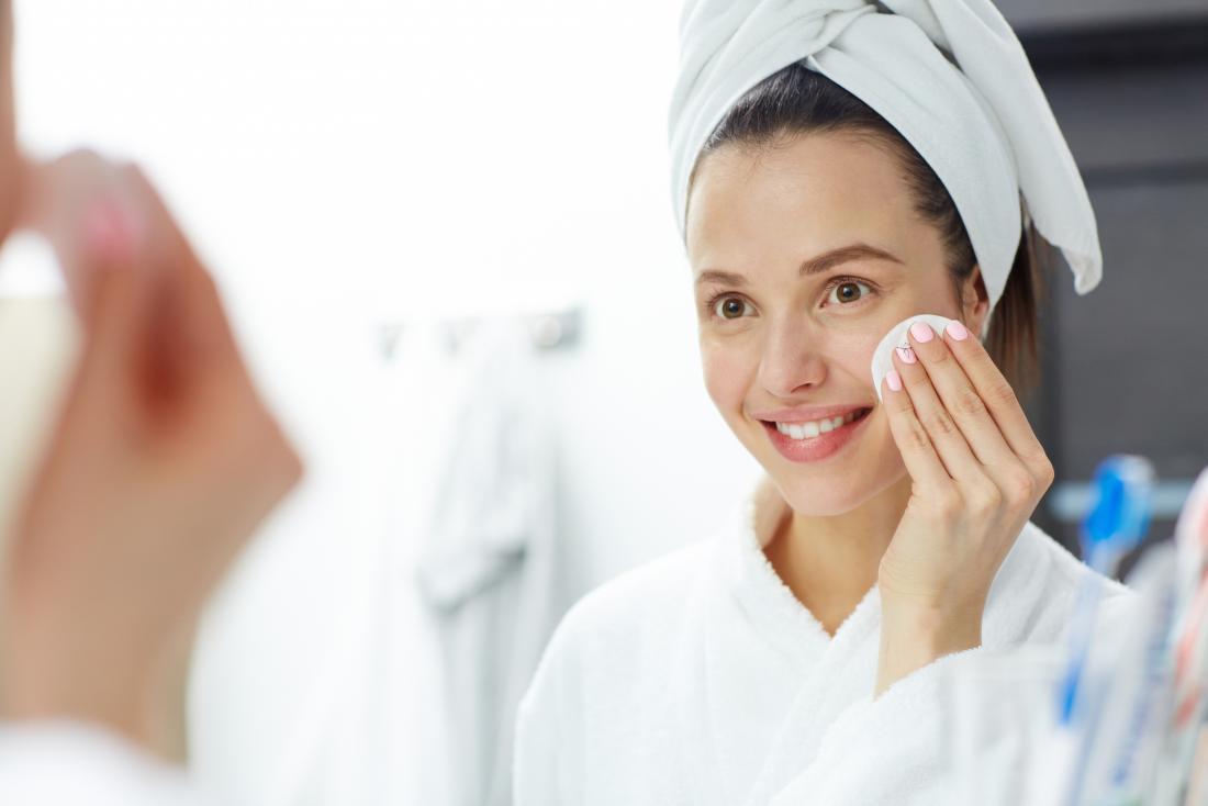 genç kadın makyaj çıkarmadan
