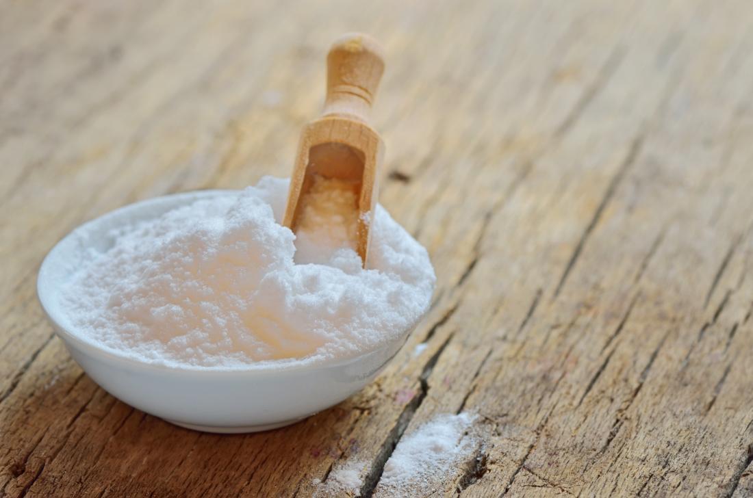 bicarbonate de soude dans un bol qui peut être utilisé sur les cheveux