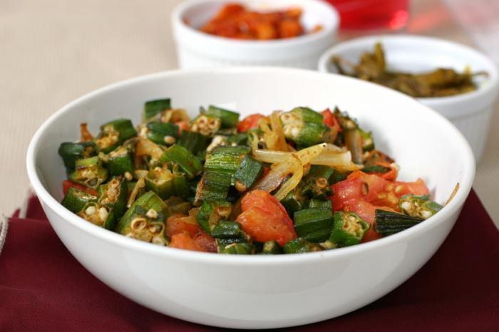 揚げたオクラと他の野菜のボウル。