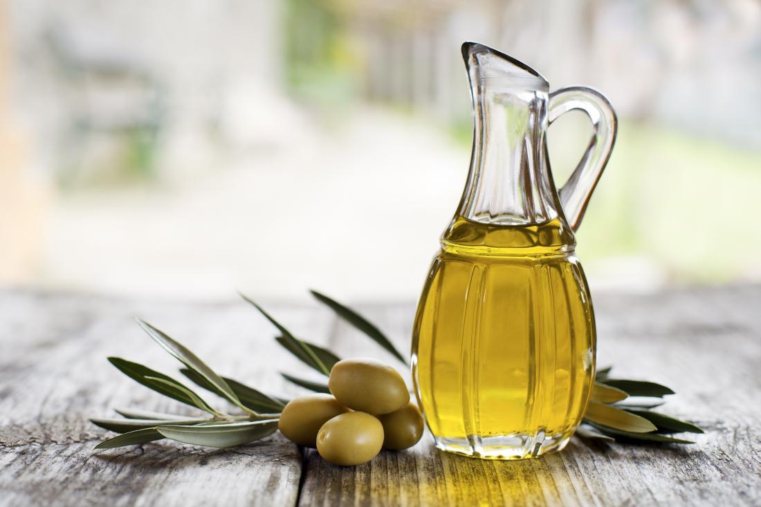 Azeite de oliva em uma garrafa que pode ser usado na face
