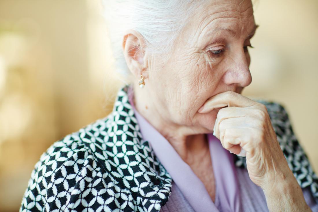 ältere Dame schaut nachdenklich