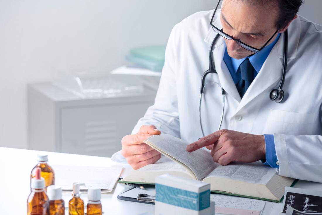 Doktor liest ein medizinisches Buch
