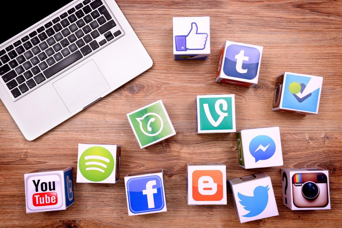 ícones de mídia social e laptop