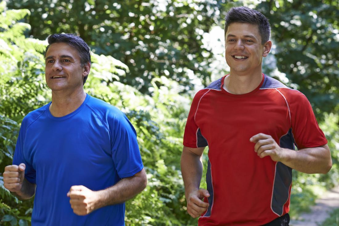 Hai người đàn ông chạy bên ngoài trong công viên với nhau.