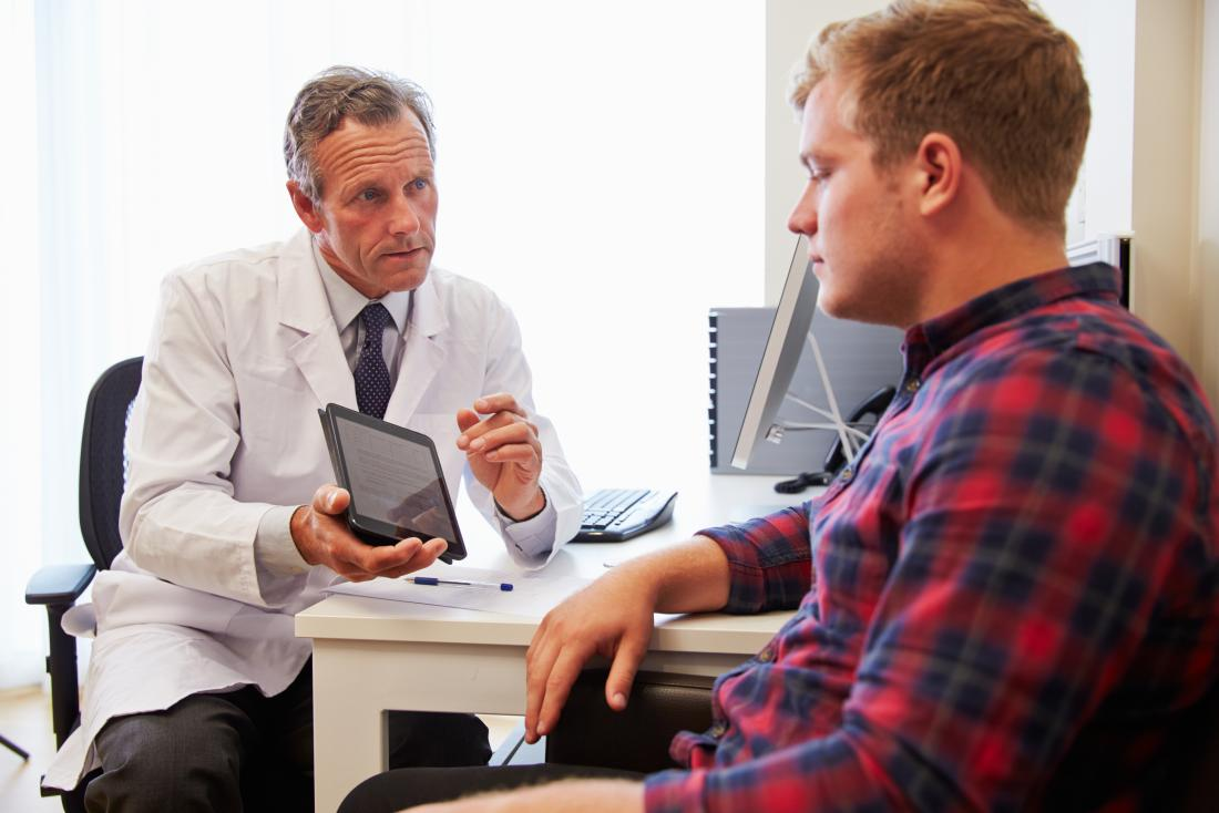 Lekarz psychiatra za pomocą tabletu do CBT i terapii narażenia z pacjentem.