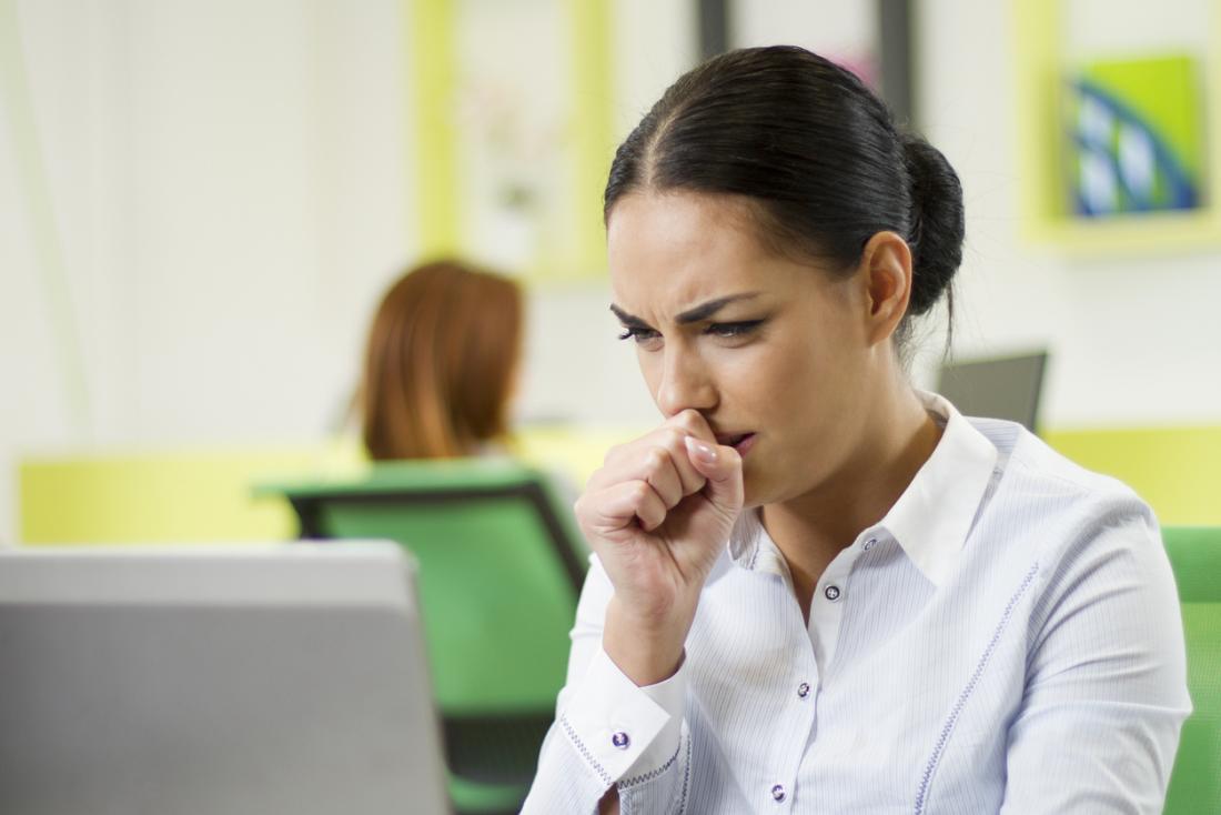 Kadın ofiste öksürük masasında.