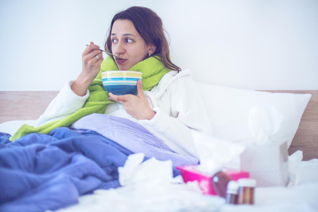 Senhora doente que pode ter viremia, comendo sopa